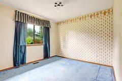 Κενό δωμάτιο με την ταπετσαρία και το μπλε πάτωμα ταπήτων Στοκ φωτογραφίες με δικαίωμα ελεύθερης χρήσης