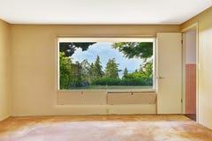 Κενό δωμάτιο με την όμορφη άποψη παραθύρων στοκ εικόνα