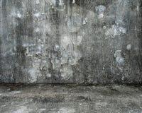 Κενό δωμάτιο με τον παλαιούς διαστισμένους συμπαγή τοίχο και το πάτωμα Στοκ εικόνες με δικαίωμα ελεύθερης χρήσης