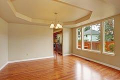 Κενό δωμάτιο με το πάτωμα ξυλείας πλατύφυλλων Στοκ Εικόνα