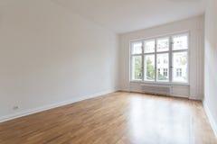 Κενό δωμάτιο, φρέσκο ανακαινισμένο επίπεδο με το ξύλινο πάτωμα, Στοκ Εικόνες