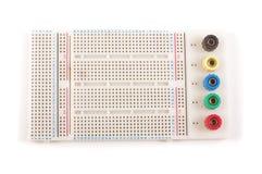 Κενό breadboard για τη διαμόρφωση πρωτοτύπου ηλεκτρονικής στο whi στοκ εικόνες