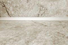 Κενό countertop κουζινών και ένας τοίχος του ελαφριού μαρμάρου Πρότυπο για να επιδείξει το προϊόν σας στοκ φωτογραφίες