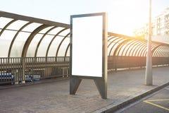 Κενό placeholder πινάκων διαφημίσεων πρότυπο στη στάση λεωφορείου πόλεων, πρότυπο ενός κενού λευκού που διαφημίζει τον αστικό πίν στοκ εικόνες