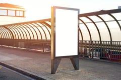 Κενό placeholder πινάκων διαφημίσεων πρότυπο στη στάση λεωφορείου πόλεων, πρότυπο ενός κενού λευκού που διαφημίζει τον αστικό πίν στοκ φωτογραφία με δικαίωμα ελεύθερης χρήσης