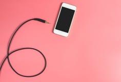 Κενό smartphone με το καλώδιο γρύλων Στοκ εικόνες με δικαίωμα ελεύθερης χρήσης