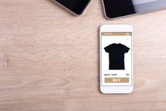Κενό smartphone οθόνης στο ξύλινο υπόβαθρο στοκ εικόνες με δικαίωμα ελεύθερης χρήσης