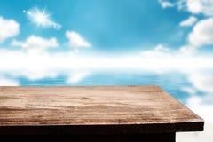 Κενό tabletop με το μουτζουρωμένο μπλε ουρανό φύσης με το ωκεάνιο κύμα νερού Στοκ Εικόνα