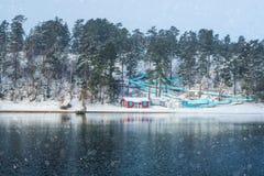 Κενό waterslide με την κόκκινη καλυβών παραλιών παγωμένου πλησίον λίμνη Στοκ Εικόνες