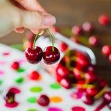κεράσια ένα γλυκό λευκό πιάτων Στοκ φωτογραφία με δικαίωμα ελεύθερης χρήσης