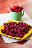 Κεράσια κεράσια ένα γλυκό λευκό πιάτων κεράσια φρέσκα Ώριμα κεράσια Στοκ φωτογραφίες με δικαίωμα ελεύθερης χρήσης