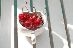 Κεράσια Χιλή στην καρδιά-διαμορφωμένη κούπα στο ξύλο Στοκ εικόνα με δικαίωμα ελεύθερης χρήσης