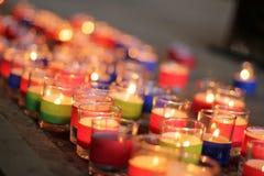 Κερί αναμμένο σε ένα γυαλί στοκ εικόνες