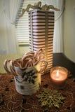 Κερί, κάλαμοι καραμελών και ψηλό δώρο μπροστά από το παράθυρο στοκ εικόνες με δικαίωμα ελεύθερης χρήσης