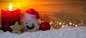 Κερί και χιονάνθρωπος εμφάνισης με τις διακοσμήσεις Χριστουγέννων που απομονώνονται Στοκ φωτογραφία με δικαίωμα ελεύθερης χρήσης