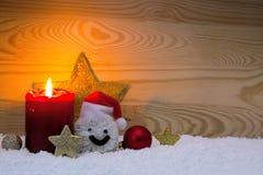 Κερί και χιονάνθρωπος εμφάνισης με τις διακοσμήσεις Χριστουγέννων που απομονώνονται Στοκ Φωτογραφίες