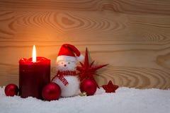Κερί και χιονάνθρωπος εμφάνισης με τις διακοσμήσεις Χριστουγέννων Στοκ Εικόνες
