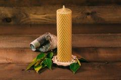 Κερί κεριών με το φλοιό σημύδων και τα φύλλα Ξύλινο υπόβαθρο, εγχώρια ατμόσφαιρα Στοκ φωτογραφίες με δικαίωμα ελεύθερης χρήσης