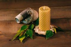Κερί κεριών με το φλοιό σημύδων και τα φύλλα Ξύλινο υπόβαθρο, εγχώρια ατμόσφαιρα Στοκ Φωτογραφία