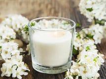 Κερί μυρωδιάς με τα άσπρα λουλούδια Στοκ φωτογραφίες με δικαίωμα ελεύθερης χρήσης