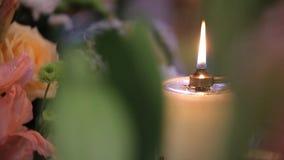 Κερί που εκρήγνυται Το κερί ανάβει και εξαφανίζεται στο σκοτάδι Άσπρο κερί   απόθεμα βίντεο