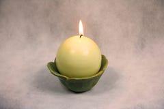 Κερί σε ένα κύπελλο με το μαλακό φως Στοκ Φωτογραφίες