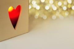 Κερί στο ξύλινο κιβώτιο με διαμορφωμένη την καρδιά τρύπα Στοκ Εικόνα