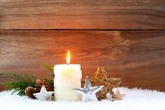 Κερί στο υπόβαθρο Χριστουγέννων χιονιού στοκ φωτογραφία
