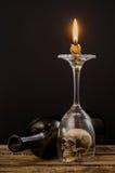 Κερί φωτισμού πέρα από το γυαλί κρασιού Στοκ Εικόνες