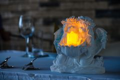 Κερί φωτισμού στο όμορφο κηροπήγιο με το copyspace, sel στοκ φωτογραφίες με δικαίωμα ελεύθερης χρήσης