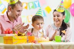 Κερί χτυπήματος αγοριών παιδιών στο κέικ γενεθλίων Στοκ Εικόνες