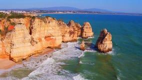 Κεραία από τους φυσικούς βράχους κοντά στο Λάγκος στην Πορτογαλία φιλμ μικρού μήκους