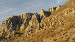 Κεραία για ένα όμορφο βουνό το ηλιόλουστο βράδυ σε ένα υπόβαθρο μπλε ουρανού πλάνο Απότομοι βράχοι στο σχεδιάγραμμα το φθινόπωρο απόθεμα βίντεο