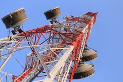 Κεραία για τις τηλεφωνικές επικοινωνίες στο φωτεινό χρόνο ημέρας ουρανού Στοκ φωτογραφία με δικαίωμα ελεύθερης χρήσης