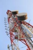 Κεραία για τις τηλεφωνικές επικοινωνίες στο φωτεινό χρόνο ημέρας ουρανού Στοκ Εικόνες