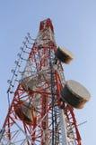 Κεραία για τις τηλεφωνικές επικοινωνίες στο φωτεινό χρόνο ημέρας ουρανού Στοκ εικόνα με δικαίωμα ελεύθερης χρήσης
