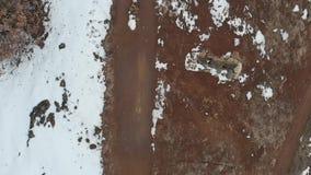 Κεραία: εθνική οδός με το χιόνι και δέντρα, άμεσα επάνω από την άποψη, σε αργή κίνηση φιλμ μικρού μήκους