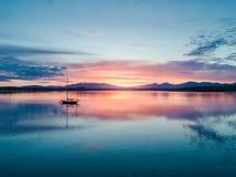 Κεραία ενός καταπληκτικού ηλιοβασιλέματος με την πλέοντας λίμνη Creran, Barcaldine, Argyll σκαφών Στοκ Φωτογραφία