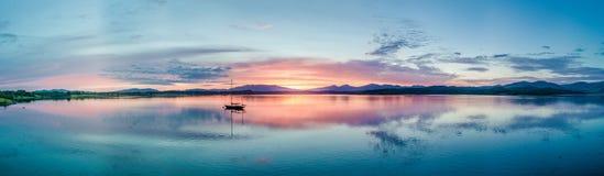 Κεραία ενός καταπληκτικού ηλιοβασιλέματος με την πλέοντας λίμνη Creran, Barcaldine, Argyll σκαφών Στοκ φωτογραφία με δικαίωμα ελεύθερης χρήσης