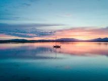 Κεραία ενός καταπληκτικού ηλιοβασιλέματος με την πλέοντας λίμνη Creran, Barcaldine, Argyll σκαφών Στοκ εικόνα με δικαίωμα ελεύθερης χρήσης
