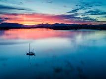 Κεραία ενός καταπληκτικού ηλιοβασιλέματος με την πλέοντας λίμνη Creran, Barcaldine, Argyll σκαφών Στοκ Φωτογραφίες