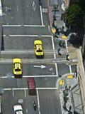 Κεραία ενός περάσματος με τα κίτρινα αμάξια στο Σαν Φρανσίσκο Στοκ Εικόνες