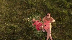 Κεραία: Ευτυχής μητέρα που παίζει με την λίγη κόρη κοριτσάκι και που έχει τη διασκέδαση - νέα καυκάσια άσπρη φθορά mom φιλμ μικρού μήκους