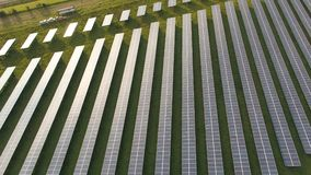 Κεραία κηφήνων εγκαταστάσεων ηλιακής ενέργειας δίπλα στην εθνική οδό στο γεωργικό τοπίο φιλμ μικρού μήκους