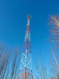 Κεραία κυττάρων, συσκευή αποστολής σημάτων Ραδιο κινητός πύργος TV τηλεπικοινωνιών ενάντια στο μπλε ουρανό Στοκ Εικόνες