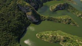Κεραία: κλίση καμερών που ανοίγει επάνω τη λίμνη Uvac meandre, Σερβία απόθεμα βίντεο