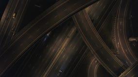Κεραία: οδική κυκλοφορία νύχτας στην ανταλλαγή αυτοκινητόδρομων 4K απόθεμα βίντεο