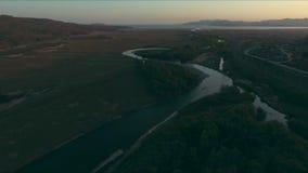 Κεραία πέρα από τον ποταμό και το σιδηρόδρομο απόθεμα βίντεο
