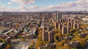 Κεραία πέρα από Baychester και τα κτήρια της πόλης Bronx Νέα Υόρκη κοτετσιών απόθεμα βίντεο