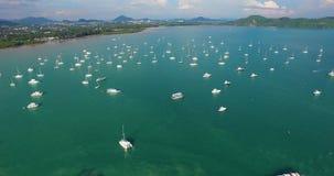 Κεραία: Πέταγμα πέρα από πολλά βάρκες και σκάφη στο λιμένα απόθεμα βίντεο